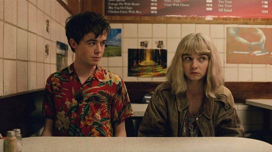 De izquierda a derecha (Alex Lawther y Jessica Bardem)